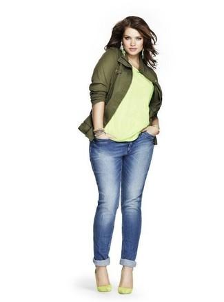 Comment porter: veste militaire olive, t-shirt à col rond chartreuse, jean boyfriend bleu, escarpins en daim chartreuses