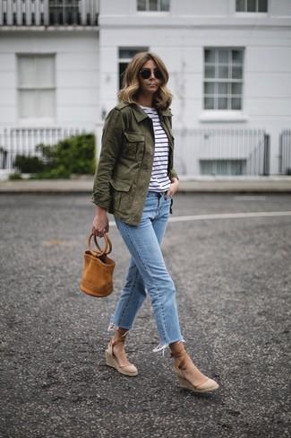 Comment porter: veste militaire olive, t-shirt à col rond à rayures horizontales blanc et noir, jean bleu clair, sandales compensées en toile beiges
