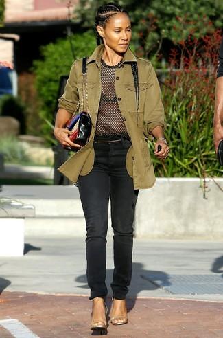Comment porter: veste militaire olive, t-shirt à col rond en tulle noir, jean noir, sandales à talons en cuir dorées