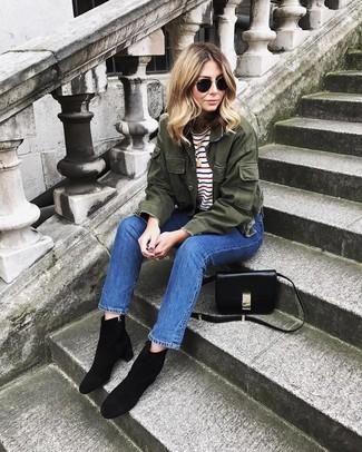 Comment porter: veste militaire olive, t-shirt à col rond à rayures horizontales blanc, jean bleu, bottines en daim noires