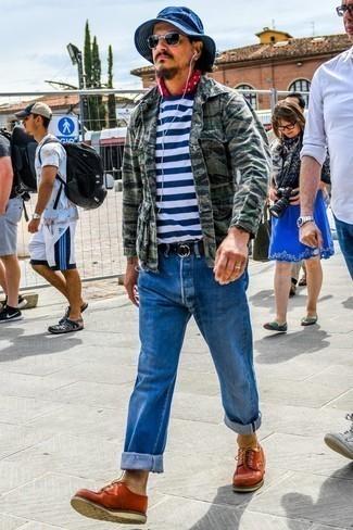 Comment porter un veste militaire avec des chaussures derby: Essaie de marier un veste militaire avec un jean bleu pour un déjeuner le dimanche entre amis. D'une humeur créatrice? Assortis ta tenue avec une paire de des chaussures derby.