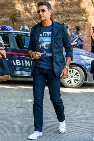 Tendances mode hommes: Essaie de marier un veste militaire bleu marine avec un jean bleu marine pour un look de tous les jours facile à porter. Tu veux y aller doucement avec les chaussures? Complète cet ensemble avec une paire de des baskets basses en toile blanches pour la journée.