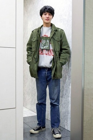 Comment s'habiller à l'adolescence: Pense à associer un veste militaire olive avec un jean bleu pour obtenir un look relax mais stylé. D'une humeur audacieuse? Complète ta tenue avec une paire de des baskets basses en toile bleu marine et blanc.
