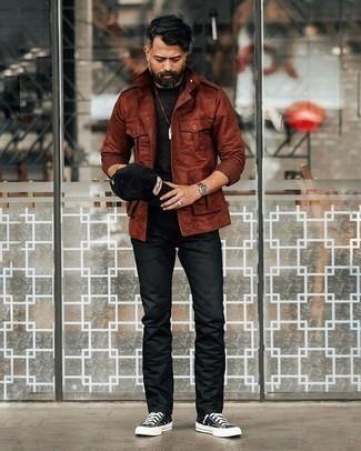 Comment porter un t-shirt à col rond noir après 40 ans: Pour une tenue de tous les jours pleine de caractère et de personnalité pense à harmoniser un t-shirt à col rond noir avec un jean noir. Jouez la carte décontractée pour les chaussures et choisis une paire de des baskets montantes en toile noires et blanches.