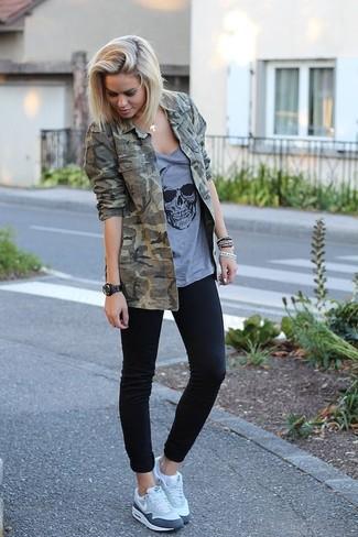 Essaie d'harmoniser une veste militaire camouflage olive avec un jean skinny noir pour une tenue relax mais stylée. Si tu veux éviter un look trop formel, termine ce look avec une paire de des chaussures de sport grises.