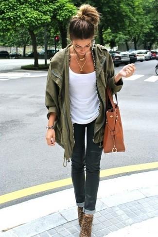 Associe une veste militaire olive avec un jean skinny noir pour une tenue confortable aussi composée avec goût. D'une humeur créatrice? Assortis ta tenue avec une paire de des chaussures.