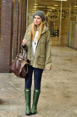 Comment porter: veste militaire olive, t-shirt à col rond blanc, jean skinny bleu marine, bottes de pluie vert foncé