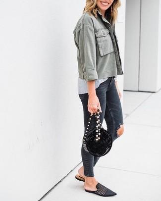 Comment porter des boucles d'oreilles marron clair à 30 ans: Associe une veste militaire olive avec des boucles d'oreilles marron clair pour une impression décontractée. Fais d'une paire de des slippers en cuir tressés noirs ton choix de souliers pour afficher ton expertise vestimentaire.