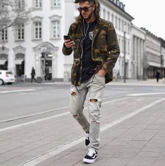 Comment porter: veste militaire camouflage olive, t-shirt à col rond noir, jean skinny déchiré gris, baskets basses en toile noires
