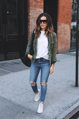 Comment porter: veste militaire vert foncé, t-shirt à col rond blanc, jean skinny déchiré bleu, baskets basses en toile blanches