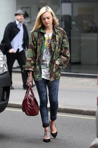 Comment porter: veste militaire camouflage olive, t-shirt à col rond imprimé blanc, jean skinny bleu marine, escarpins en daim noirs