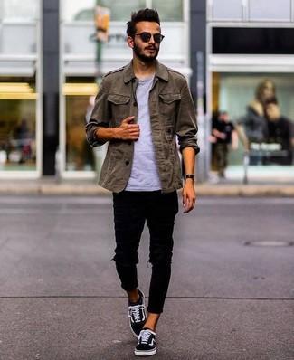 Comment porter: veste militaire olive, t-shirt à col rond gris, jean skinny déchiré noir, baskets basses en toile noires