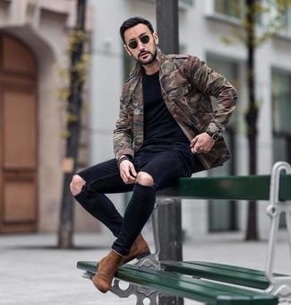 Comment porter: veste militaire camouflage olive, t-shirt à col rond noir, jean skinny déchiré noir, bottines chelsea en daim marron