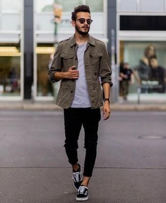 Comment porter un jean skinny avec des baskets basses: Pour une tenue aussi confortable que ton canapé, marie un veste militaire olive avec un jean skinny. Cette tenue se complète parfaitement avec une paire de des baskets basses.