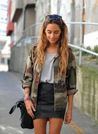 Comment porter: veste militaire camouflage olive, t-shirt à col rond gris, minijupe en cuir noire, cartable en cuir noir
