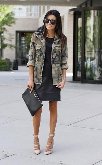 Comment porter: veste militaire camouflage olive, t-shirt à col rond noir, minijupe en cuir noire, escarpins en cuir beiges