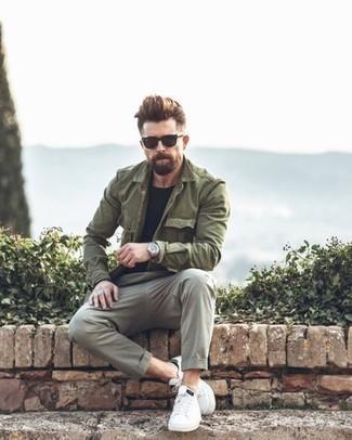 Tendances mode hommes: Pense à marier un veste militaire olive avec un pantalon chino gris pour un look de tous les jours facile à porter. Jouez la carte décontractée pour les chaussures et fais d'une paire de des baskets basses en cuir blanches ton choix de souliers.