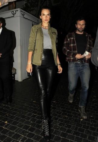 Comment porter: veste militaire olive, t-shirt à col rond à rayures horizontales blanc et noir, pantalon slim en cuir noir, bottines à lacets en cuir noires