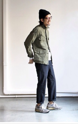 Comment porter: veste militaire olive, t-shirt à manche longue blanc, pantalon chino noir, chaussures de sport en daim grises