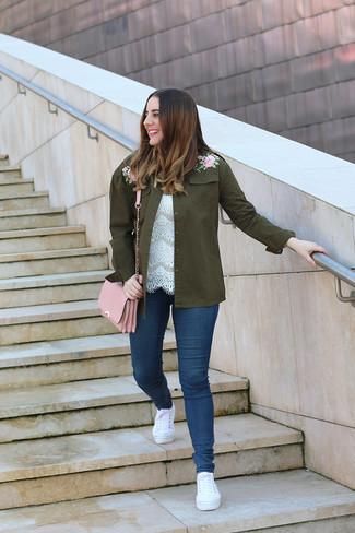 Comment porter: veste militaire brodée olive, top sans manches en dentelle blanc, jean skinny bleu marine, baskets basses en toile blanches