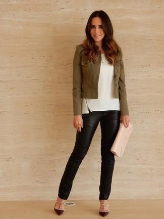 Comment porter: veste militaire olive, top sans manches blanc, pantalon slim en cuir noir, escarpins en cuir bordeaux