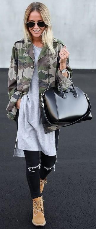 Comment porter: veste militaire camouflage olive, tunique grise, jean skinny noir, bottines plates à lacets en daim marron clair