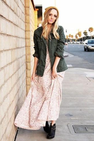 Comment porter une robe longue à fleurs: Associe une robe longue à fleurs avec une veste militaire vert foncé pour un look confortable et décontracté. Assortis ce look avec une paire de des bottines en cuir noires.
