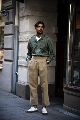 Comment porter un veste militaire olive avec un pantalon chino beige: Marie un veste militaire olive avec un pantalon chino beige pour une tenue idéale le week-end. Tu veux y aller doucement avec les chaussures? Fais d'une paire de des baskets basses en toile blanches ton choix de souliers pour la journée.