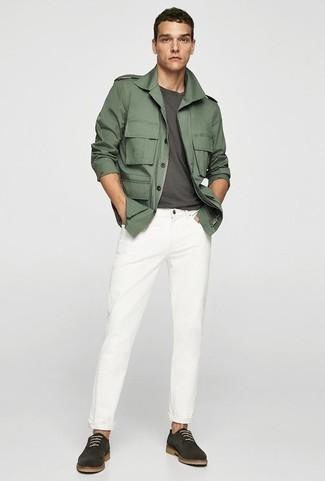 Comment porter un veste militaire avec des chaussures derby: Opte pour un veste militaire avec un jean blanc pour un look de tous les jours facile à porter. Fais d'une paire de des chaussures derby ton choix de souliers pour afficher ton expertise vestimentaire.