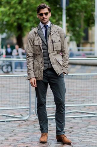Comment porter: veste militaire beige, veste sans manches matelassée olive, chemise de ville blanche, pantalon chino gris foncé