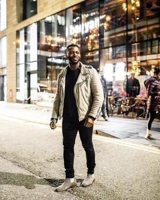 Comment s'habiller quand il fait chaud: Pour créer une tenue idéale pour un déjeuner entre amis le week-end, essaie d'harmoniser une veste motard beige avec un jean noir. Jouez la carte classique pour les chaussures et termine ce look avec une paire de bottines chelsea en daim grises.
