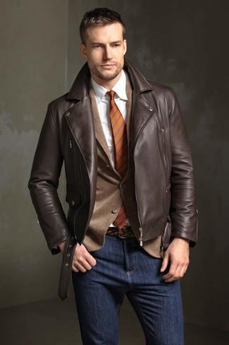 Comment porter: veste motard en cuir marron foncé, blazer en velours côtelé marron, chemise de ville à rayures verticales blanche, jean bleu marine