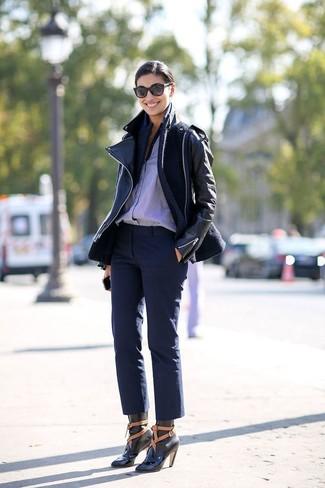 Comment porter un blazer en laine bleu marine: Harmonise un blazer en laine bleu marine avec un pantacourt bleu marine pour achever un style chic et glamour. Une paire de des bottines à lacets en cuir noires est une option avisé pour complèter cette tenue.