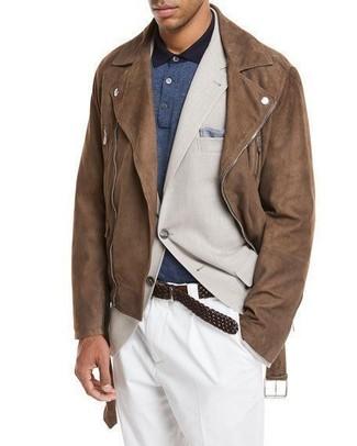 Comment porter: veste motard en daim marron, blazer beige, polo bleu marine, pantalon de costume blanc