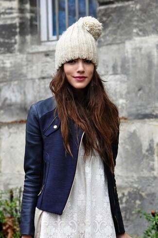 Associe un cardigan beige femmes Maison Margiela avec une veste motard en cuir bleue marine pour obtenir un look relax mais stylé.