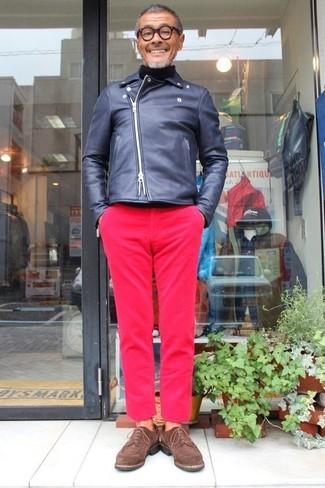 Comment porter: veste motard en cuir bleu marine, pull à col roulé noir, pantalon chino fuchsia, chaussures derby en daim marron foncé