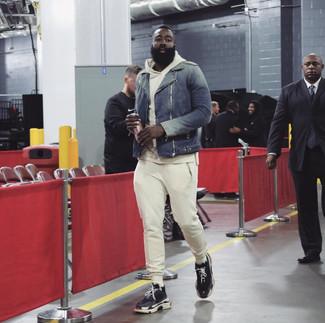 Comment porter: veste motard bleu marine, sweat à capuche beige, pantalon de jogging beige, chaussures de sport noires