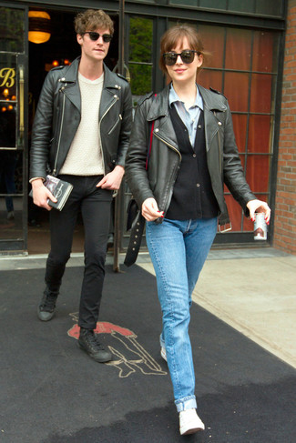 Un cardigan noir Maison Margiela et un jean bleu clair sont un choix de tenue idéale à avoir dans ton arsenal. Une paire de des baskets basses en toile blanches apportera un joli contraste avec le reste du look.