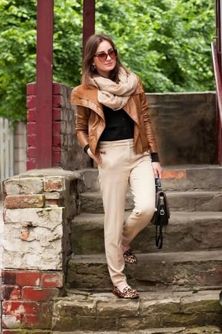 Comment porter: veste motard en cuir tabac, cardigan noir, pantalon de costume beige, slippers en daim imprimés léopard marron