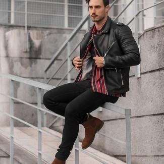 Comment porter un jean skinny noir: Pense à associer une veste motard en cuir noire avec un jean skinny noir pour un look confortable et décontracté. Transforme-toi en bête de mode et fais d'une paire de bottines chelsea en daim marron ton choix de souliers.