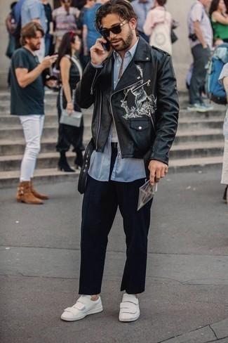 Comment porter des baskets basses en cuir blanches en automne: Pour une tenue de tous les jours pleine de caractère et de personnalité harmonise une veste motard en cuir imprimée noire avec un pantalon chino bleu marine. Une paire de des baskets basses en cuir blanches est une option parfait pour complèter cette tenue. Nous adorons cette tenue superbe, tellement automnale.