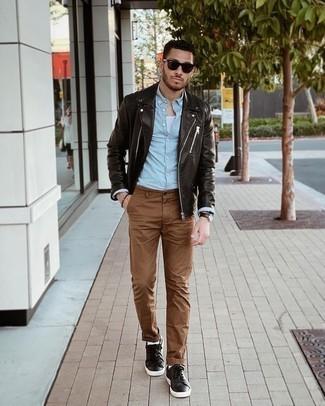 Tendances mode hommes: Choisis une veste motard en cuir marron foncé et un pantalon chino marron pour obtenir un look relax mais stylé. Une paire de baskets basses en cuir marron foncé est une option judicieux pour complèter cette tenue.