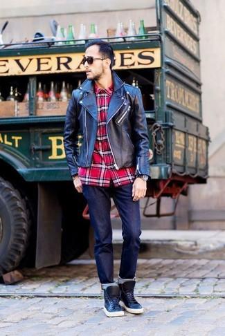 Comment porter: veste motard en cuir noire, chemise à manches longues écossaise rouge, jean bleu marine, baskets montantes en cuir noires