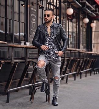 Comment porter: veste motard en cuir noire, chemise à manches longues imprimée noire et blanche, jean déchiré gris, bottines chelsea en cuir noires
