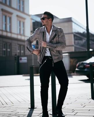 Comment porter: veste motard en cuir grise, chemise à manches longues blanche, jean noir, bottines chelsea en cuir noires