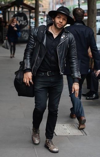 Comment porter des bottes de loisirs en cuir tabac pour un style decontractés: Essaie de marier une veste motard en cuir noire avec un jean noir pour un look de tous les jours facile à porter. Habille ta tenue avec une paire de des bottes de loisirs en cuir tabac.