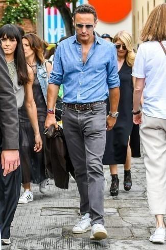 Comment porter un jean gris: Pour une tenue de tous les jours pleine de caractère et de personnalité harmonise une veste motard en cuir noire avec un jean gris. Une paire de des baskets basses en toile blanches est une option avisé pour complèter cette tenue.
