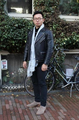 Comment porter une chemise à manches longues noire: Associe une chemise à manches longues noire avec un jean bleu marine pour une tenue confortable aussi composée avec goût. Assortis cette tenue avec une paire de des bottines chelsea en daim beiges pour afficher ton expertise vestimentaire.