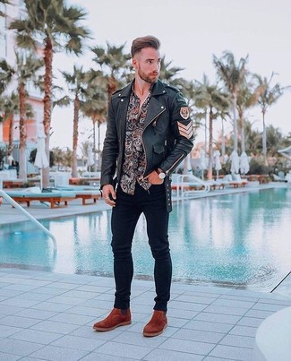 Comment porter: veste motard en cuir noire, chemise à manches longues imprimée cachemire noire, jean skinny noir, bottines chelsea en daim tabac