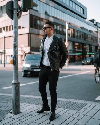 Comment porter: veste motard en cuir noire, chemise à manches longues blanche, jean skinny noir, bottines chelsea en cuir noires